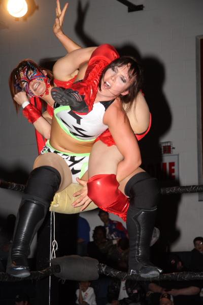Muscle girl applying headscissor beatdowns footfetish to guy - 3 2